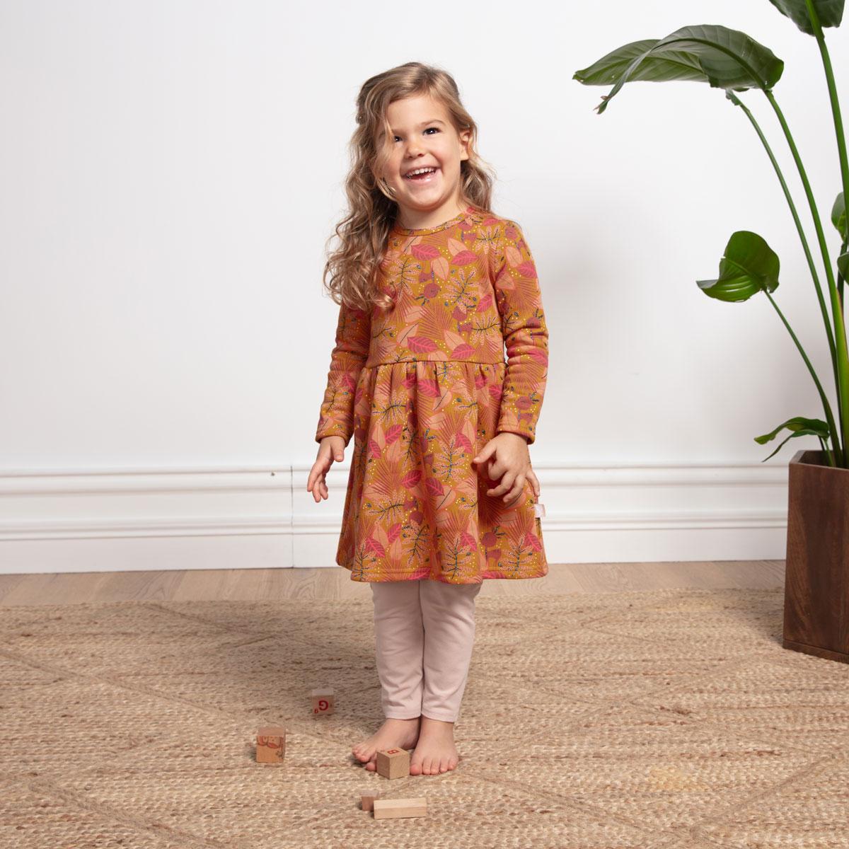 Robe en molleton, legging et bandeau contenant du coton bio fille Papaye portée