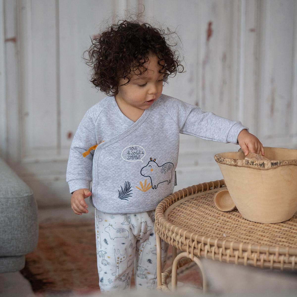 Ensemble bébé garçon gilet croisé et pantalon contenant du coton bio Sous le soleil porté