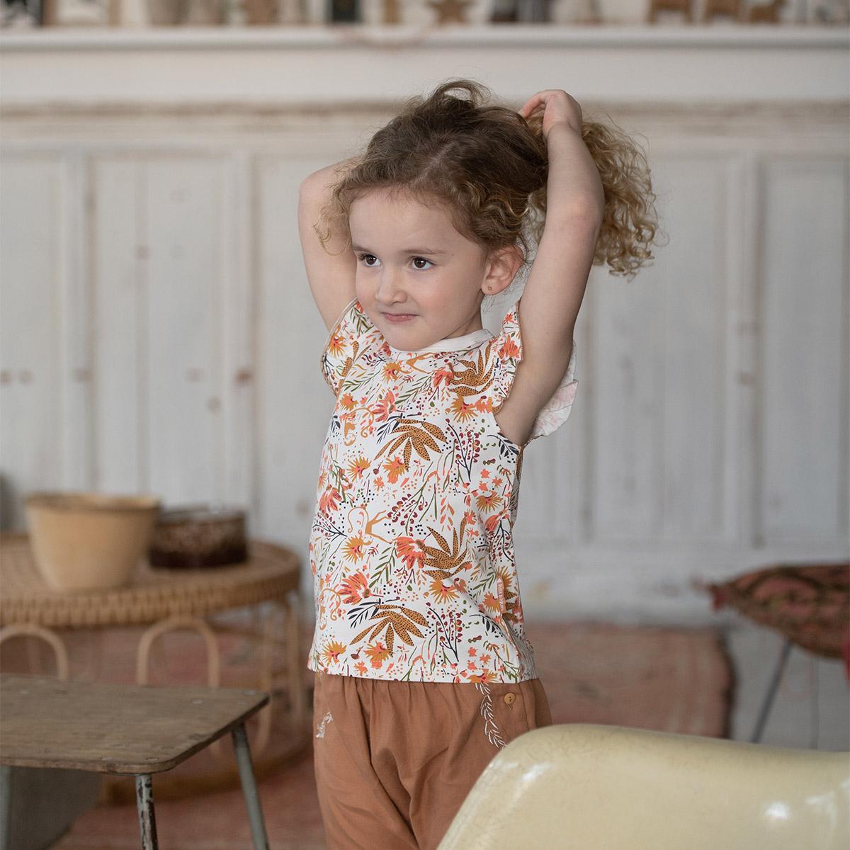 T-shirt bébé fille contenant du coton bio Copa Banana porté