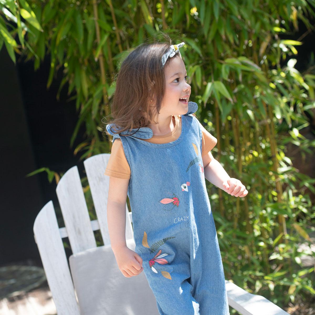 Salopette et bandeau bébé fille contenant du coton bio Crazy Colibri porté zoom